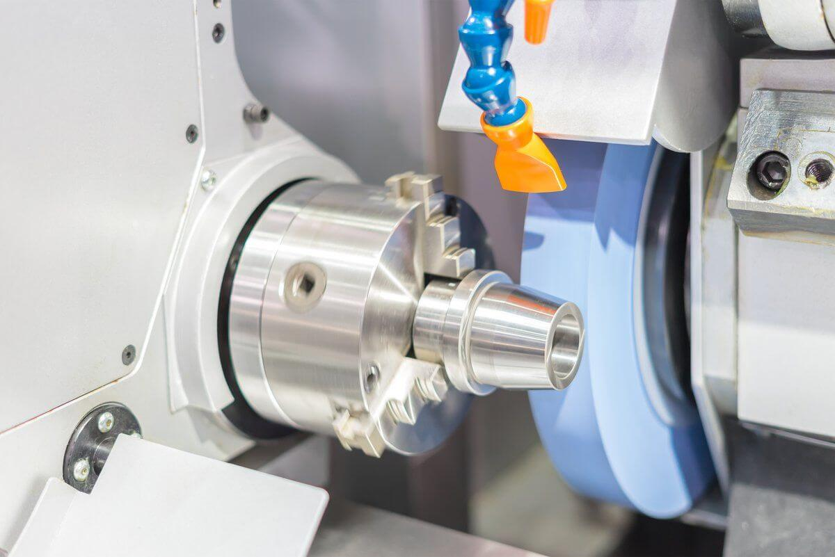 photo of a spinning high-precision metal grinding machine - industria standard